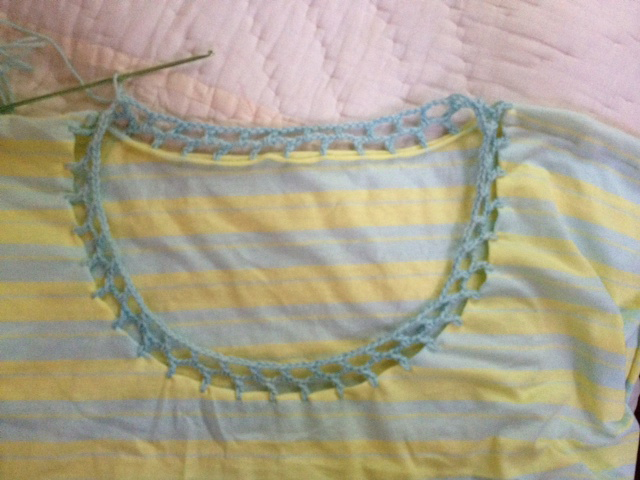 camiseta-decorada-con-ganchillo-croche