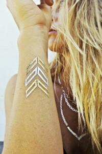 tatuajes-temporales-dorados-inspiración-adoraideas